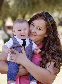 Quels sont les avantages et les inconvénients de choisir une nounou qui a des enfants ?